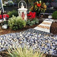 Teilabdeckung Urnengrab mit Natursplitt